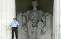 Гражданин Кыргызстана нацарапал на мемориале Линкольну в Вашингтоне свое имя