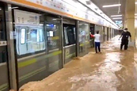 У китайській провінції Хенань через сильну зливу затопило метро, 12 людей загинуло