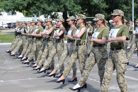 Жіноча частина Кабміну виступила проти взуття на підборах під час параду