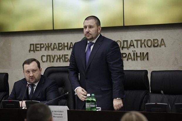На фото стоячи - Олександр Клименко, голова Міністерства доходів і зборів