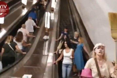 У київському метро помітили жінок, які закликали пасажирів зняти маски