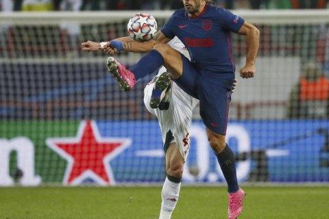 """Игрок """"Атлетико"""" в матче Лиги чемпионов получил желтую карточку за подглядывание в монитор VAR"""