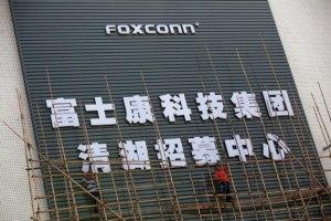 Китайська фабрика, на якій збирають iPhone, зупинена через бійку
