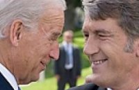 Ющенко угощает Байдена варениками с вишнями