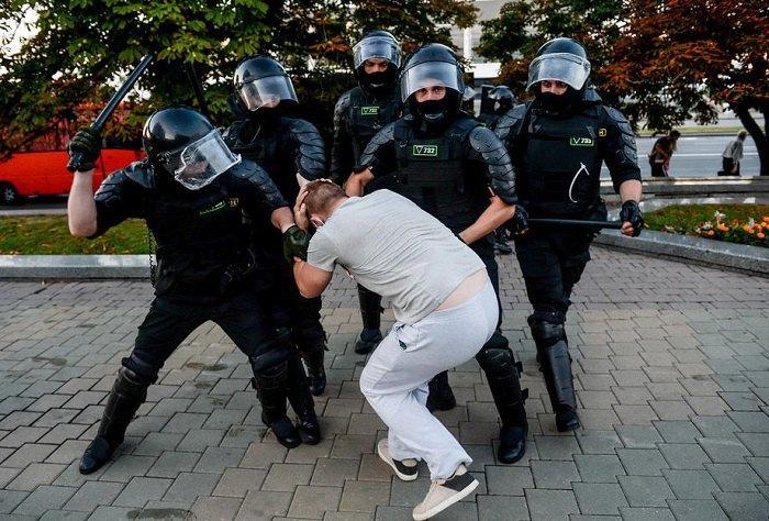 Співробітники поліції затримують демонстрантів під час акції протесту