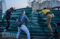 На Осокорках знову встановили паркан навколо скандальної забудови, почалася бійка (додано фото)