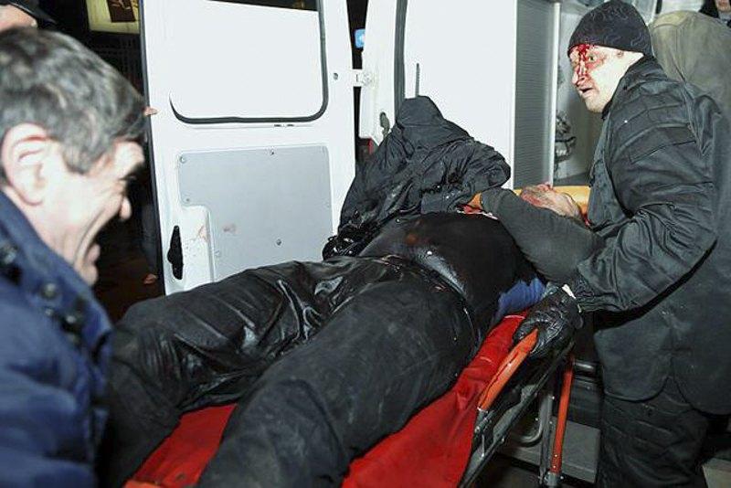Закривавленого в результаті ножового поранення Дмитра Чернявського відвозить швидка
