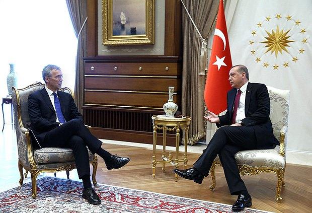 Президент Турции Реджеп Тайип Эрдоган беседует с генеральным секретарем НАТО Йенсом Столтенбергом во время встречи в Анкаре, 21 апреля 2016.