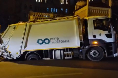 У Києві сміттєвоз провалився під землю (оновлено)