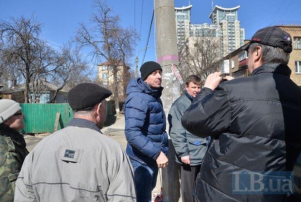 Мужчина в синей куртке пытался напасть на местного жителя, который делал диктофонную запись угроз от представителей застройщиков