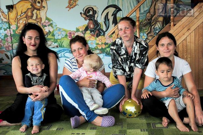 Зліва-направо: Ольга зі старшим сином Тані Денисом, Таня з донькою Лілії, Лілія, Тетяна з сином