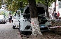 В Киеве автомобиль госохраны съехал с проезжей части и врезался в дерево, водитель погиб