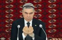 У Туркменистані чиновників змусили поголити голови через траур