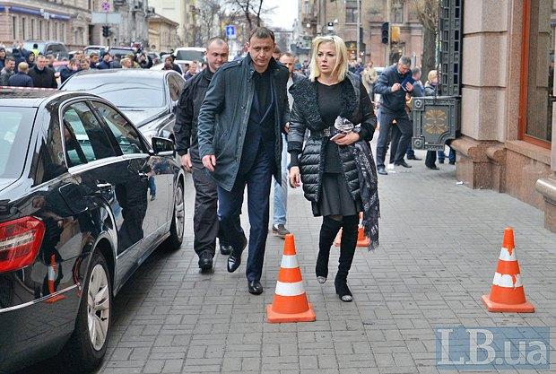 Супруга Вороненкова Мария Максакова возле гостинницы