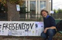 Перед посольством РФ в Париже поочередно будут голодать режиссеры в поддержку Сенцова