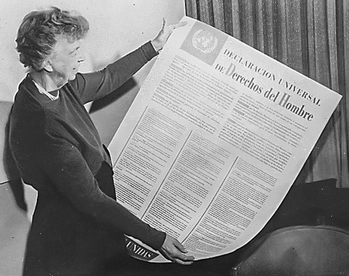 Элеонора Рузвельт с испанской версией декларации прав человека.