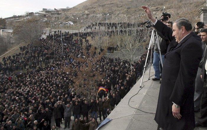 Кандидат в президенты от оппозиции Левон Тер-Петросян во время митинга оппозиции в Ереване, 20 февраля 2008. Десятки тысяч армян протестовали против официальных результатов выборов, согласно которым Серж Саркисян выиграл президентские выборы.