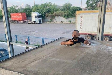 У Чорноморському порту серед вантажу шин знайшли нелегального мігранта з Туреччини