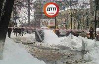 В Киеве на улице Ольжича автомобиль провалился под землю