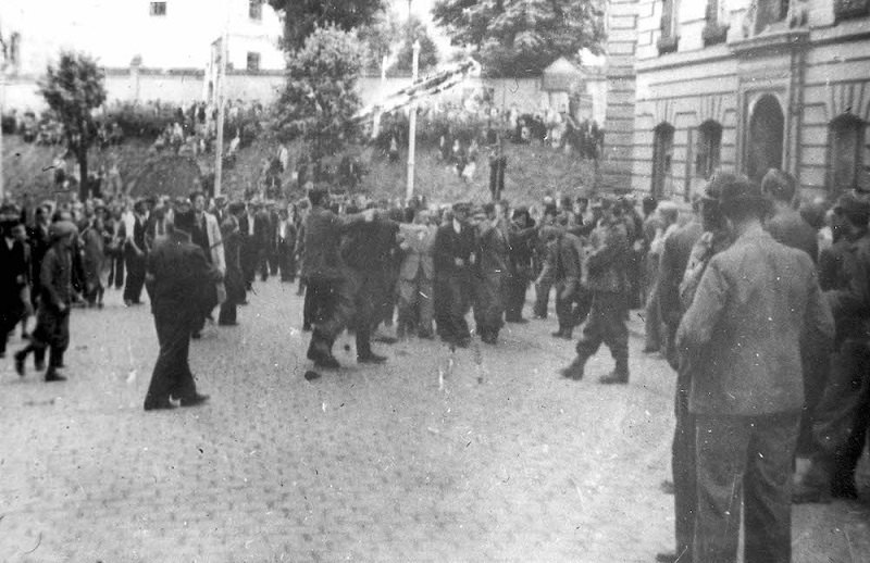 Євреїв затримують під час Львівського погрому, 1941