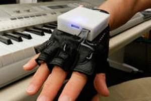 """Учені навчилися лікувати параліч за допомогою """"електронної рукавички"""""""