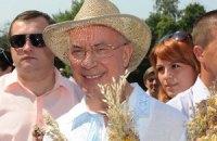 Азаров пришел на Толоку в шляпе и вышиванке