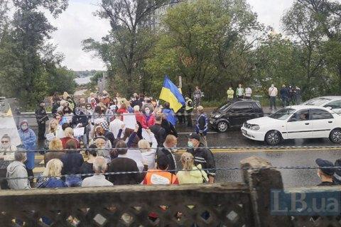У Києві протестувальники перекрили міст Метро (фото)