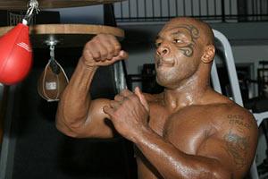 Тайсон подарил Роналду боксерские перчатки