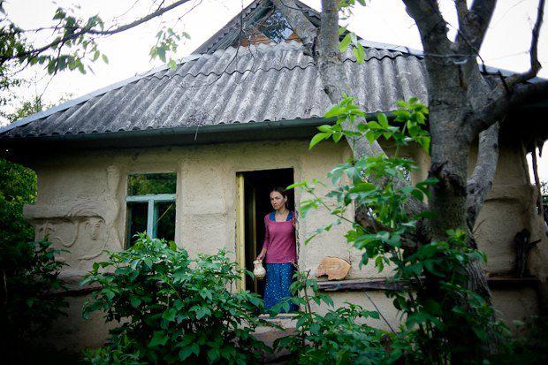 Ольга Раевская могла стать педантичным юристом, а вместо этого у нее живой глиняный дом, каждодневные купания в озере и жизнь в гармонии с природой