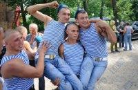 Янукович верит в честь и достоинство десантников