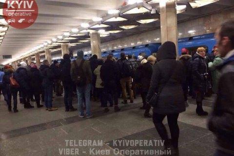 """На станції метро """"Оболонь"""" у Києві чоловік упав під потяг"""