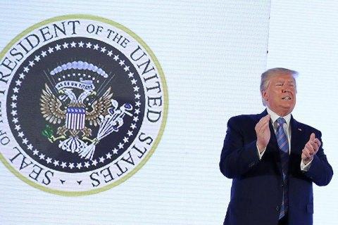 """У США під час виступу Трампа за його спиною з'явився """"двоголовий орел"""" з ключками для гольфу"""
