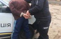 На Киевщине мужчина украл из магазина алкоголь и продукты, угрожал продавщице и избил охранника