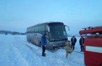 У Київській області автобус з 19-ма іноземцями застряг у заметі