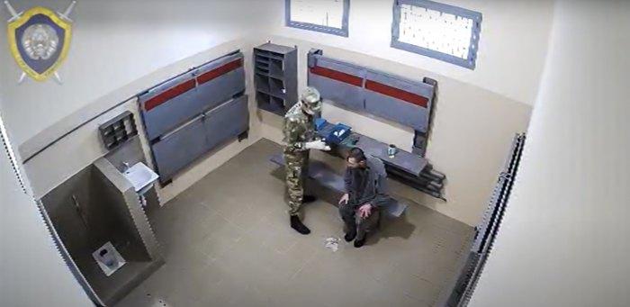 СК Білорусі опублікував відео, на якому невідомий чоловік, схожий на Вiтольда Ашурка, падає і вдаряється головою, йому перебинтовують голову, він залишається один i знову падає на підлогу, після чого вже не опритомнює.