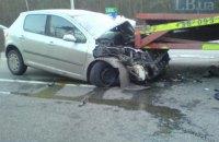 На Бориспольской трассе легковой автомобиль протаранил эвакуатор