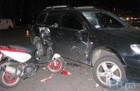 У Києві машина збила моторолер, водій дивом вижив