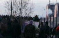 """На Осокорках """"тітушки"""" кидали в жителів димові шашки (додано фото)"""