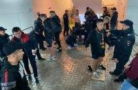 На матчах Российской Премьер-лиги фанатов заставляют снимать обувь на досмотре