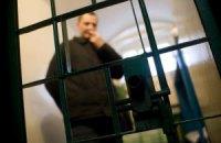 Янукович подписал закон, разрешающий заключенным пользоваться мобильными телефонами