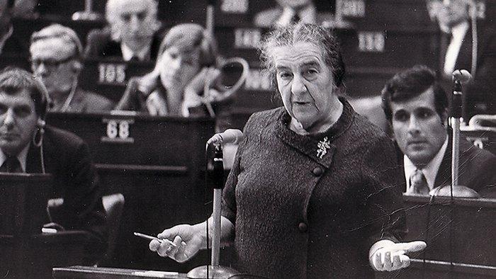 Голда Меир во время выступления в кнессете.
