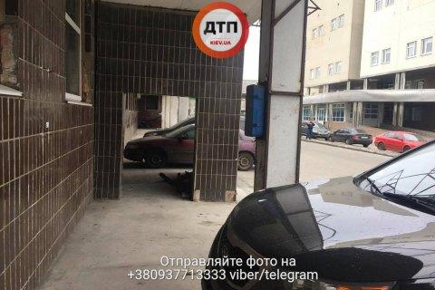 ВКиеве около  клиники  отыскали  тело бездомного. милиция  начала производство