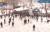 Люди подошли вплотную к кордону силовиков на Грушевского. Милиция вынесла предупреждение