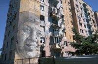 В Авдеевке начали восстановление известной многоэтажки с муралом