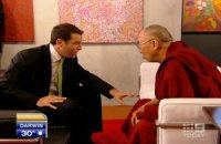 """Телеведущий попытался рассказать Далай-ламе анекдот про него и про """"пиццу со всем"""""""