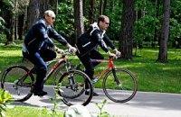 Медведев и Путин покатались на велосипедах