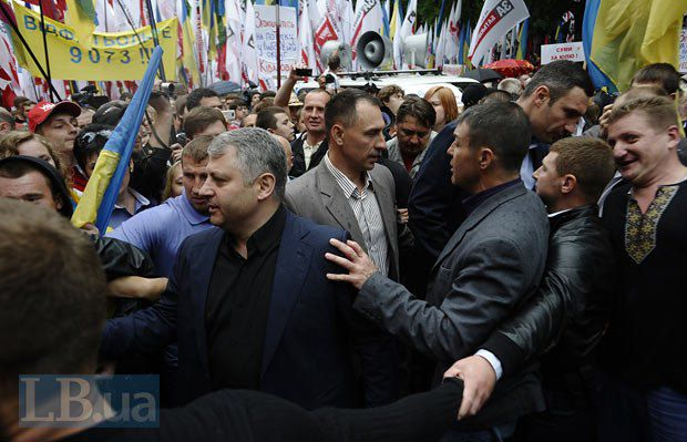 Виталий Кличко пришел на митинг в сопровождении молодых людей, которые ограждали его от разъяренной толпы