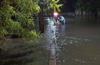 У Херсоні рятувальники всю ніч відкачували воду з приватного сектору