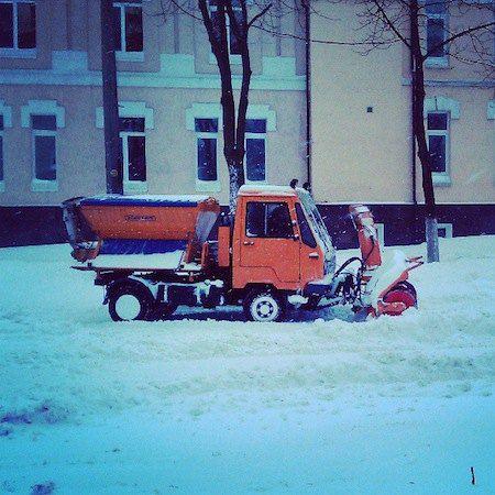 Все о них говорят, но мало кто видел. Корреспондент LB.ua, например, видел только одну снегоуборочную машину. Она стояла в пробке