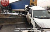 У Києві фура із заснулим водієм влетіла в заправку